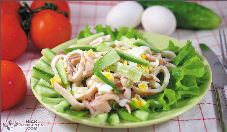 Салат с кальмарами и яйцом и огурцом рецепт зеленым горошком