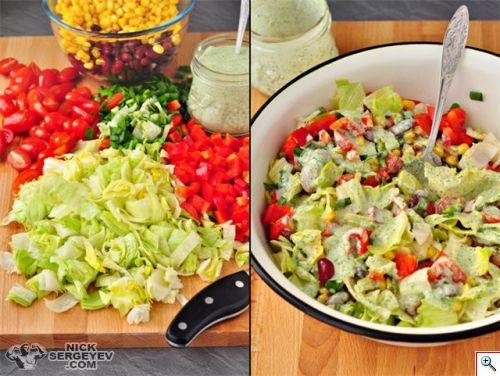 Овощной салат с фасолью, приправленный йогуртовым соусом