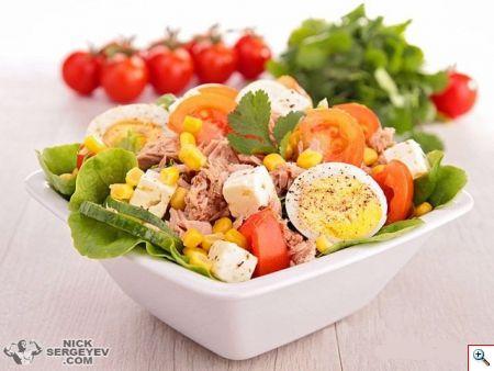 Салат с тунцом, кукурузой, помидорами черри и сыром фета