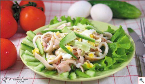 Свежий салат с кальмарами и сельдереем