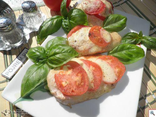 Запеченное куриное филе с томатами и моцареллой