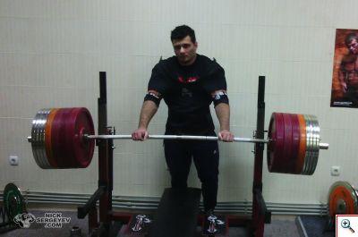 Тренировка 17 апреля 2014 года жим 360 кг x3, 380 кг х1 и 400 кг х1